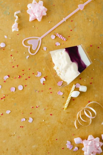 Piatto lay di torta di compleanno con nastro e marshmallow Foto Gratuite