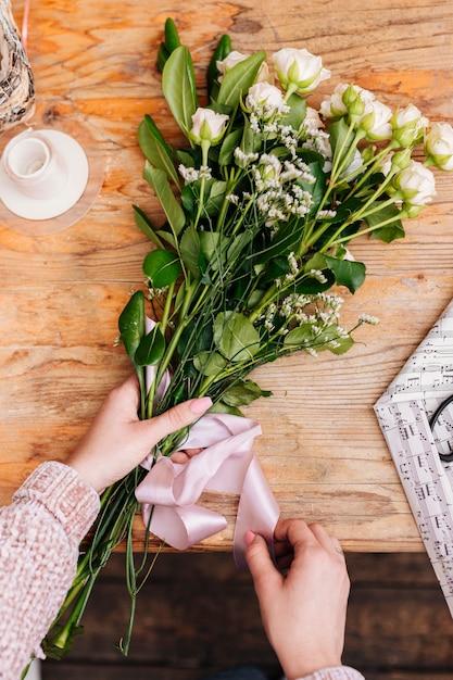 Piatto mazzo di fiori con nastro Foto Gratuite