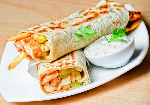 Piatto orientale tradizionale shawarma con salsa. Foto Premium