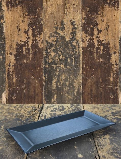Piatto piatto vuoto sul fondo della tavola in legno Foto Premium