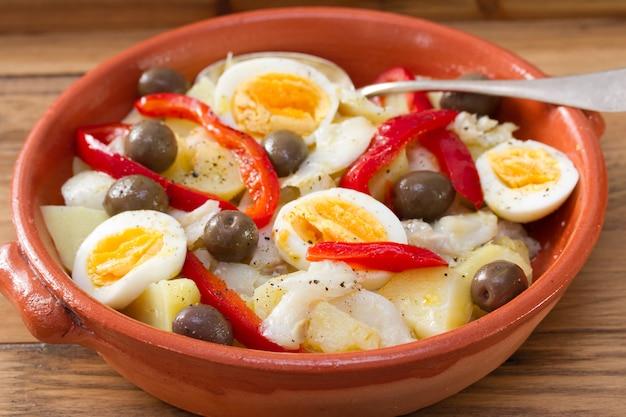 Piatto portoghese tradizionale sul piatto ceramico sulla tavola di legno marrone Foto Premium
