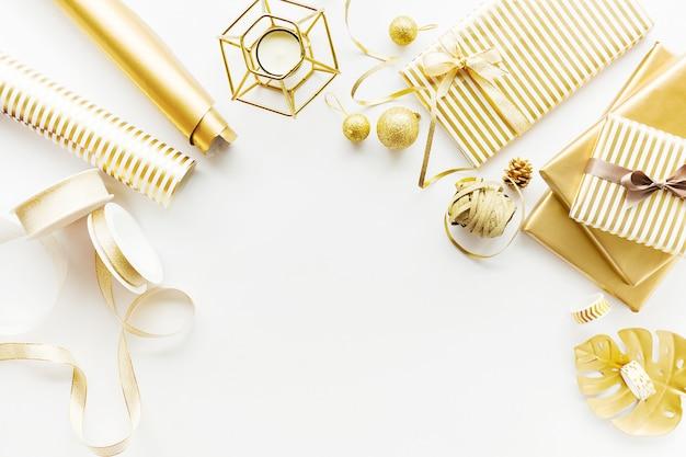 Piatto posa su sfondo bianco con deco dorato Foto Gratuite