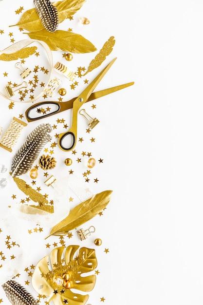 Piatto posa su sfondo bianco con deco dorato Foto Premium