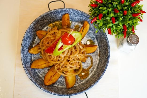 Piatto principale in un ristorante Foto Gratuite