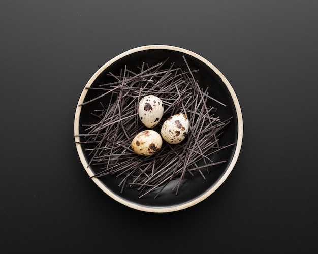 Piatto scuro con uova su uno sfondo scuro Foto Gratuite