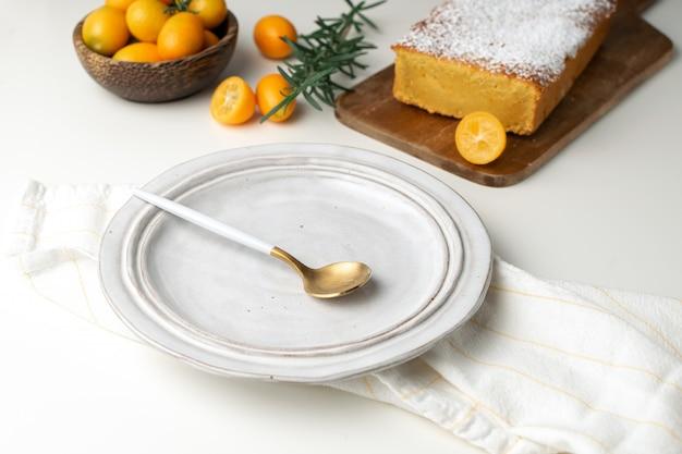 Piatto servito, torta all'arancia fatta in casa con kumquat Foto Premium