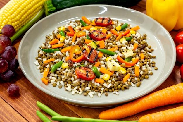 Piatto vegano con molte verdure fresche Foto Premium