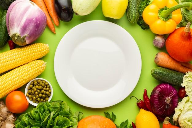 Piatto vuoto con diverse verdure Foto Gratuite