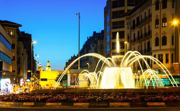 Piazza con fontana di notte. pamplona Foto Gratuite