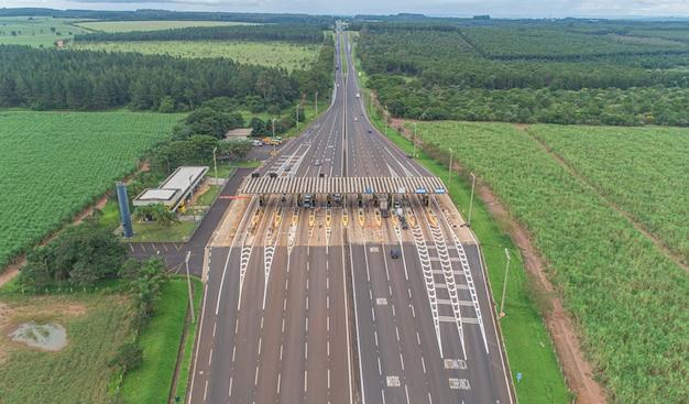 Piazza del pedaggio di immagine aerea e limite di velocità, vista delle corsie di pagamento automatiche, non-stop. Foto Premium