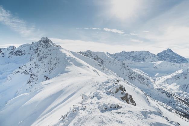 Picchi di montagna innevati d'inverno in europa. ottimo posto per gli sport invernali. Foto Premium