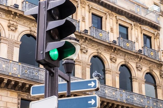 Piccione su un segnale stradale a parigi Foto Premium