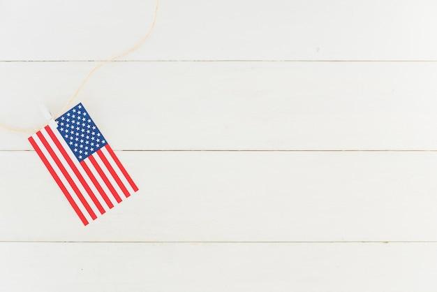 Piccola bandiera degli stati uniti sulla corda Foto Gratuite