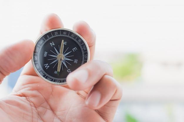 Piccola bussola in mano per iniziare un'avventura o un viaggio Foto Premium