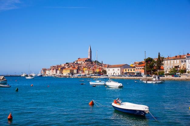 Piccola città di rovigno in istria, croazia Foto Premium