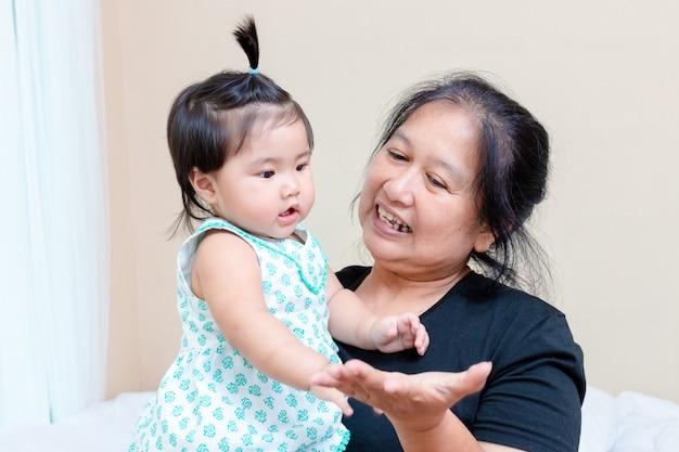 Piccola nipote che gioca con la donna anziana Foto Gratuite