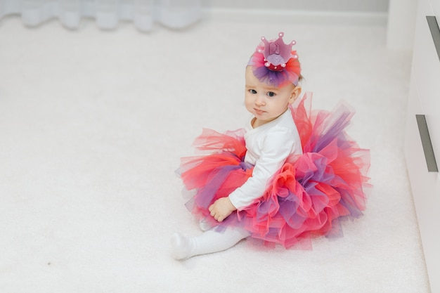 Piccola principessina in tutù e corona fatta a mano Foto Premium