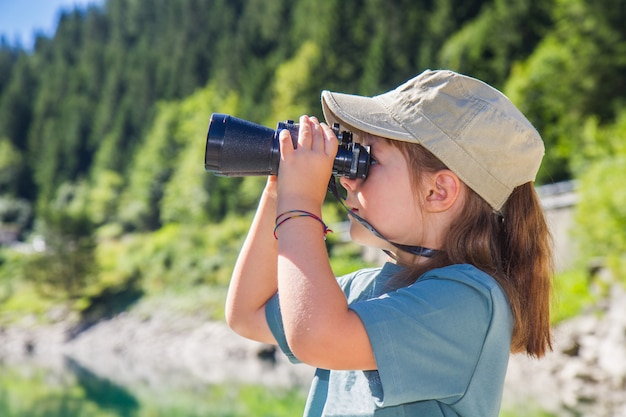 Piccola ragazza escursionista in montagna Foto Premium