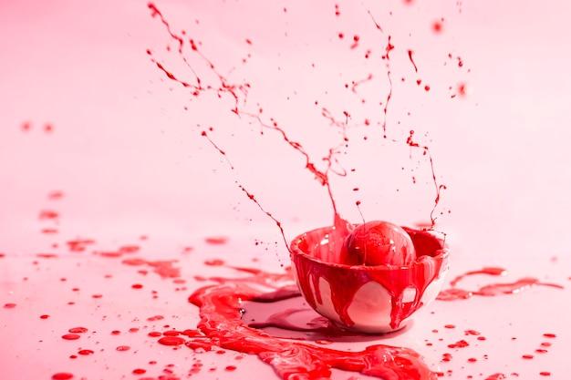 Piccola tazza con fondo rosso dell'estratto della pittura Foto Gratuite