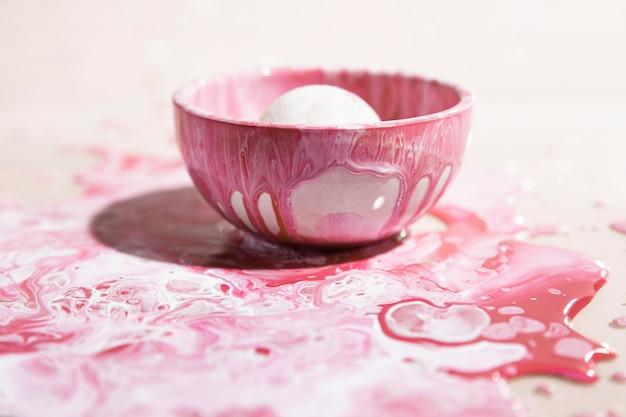 Piccola tazza con sfondo rosa vernice astratta Foto Gratuite