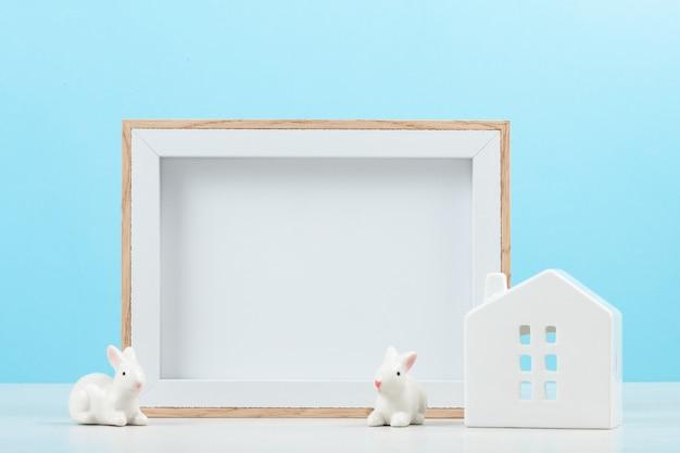 Piccole case bianche con la cornice del prototipo Foto Premium