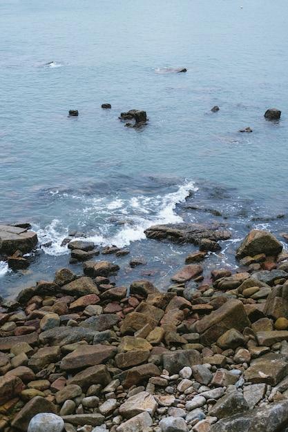 Piccole pietre sulla costa del mare Foto Gratuite