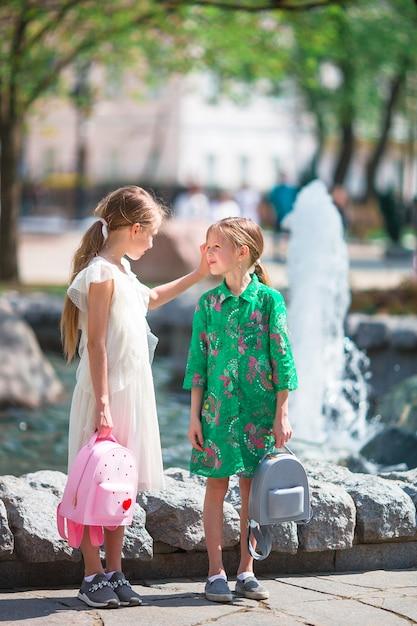 Piccole ragazze adorabili nel giorno caldo all'aperto nella città Foto Premium