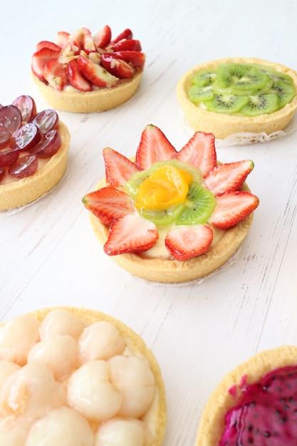 Piccole torte di frutta sul tavolo Foto Premium