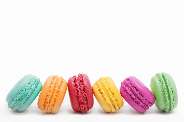Piccole torte francesi su sfondo chiaro. Foto Premium