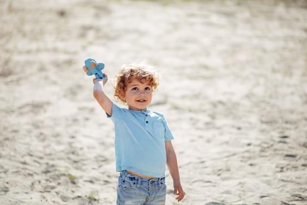 Piccoli bambini svegli che giocano su una sabbia Foto Gratuite