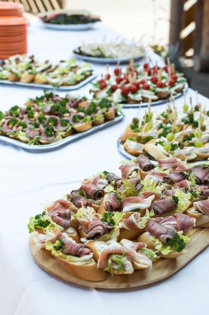 Piccoli panini aperti alla festa in giardino Foto Gratuite