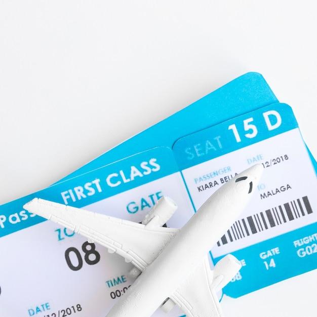 Piccolo aereo con biglietti Foto Gratuite
