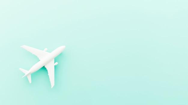 Piccolo aereo giocattolo sul tavolo blu Foto Gratuite