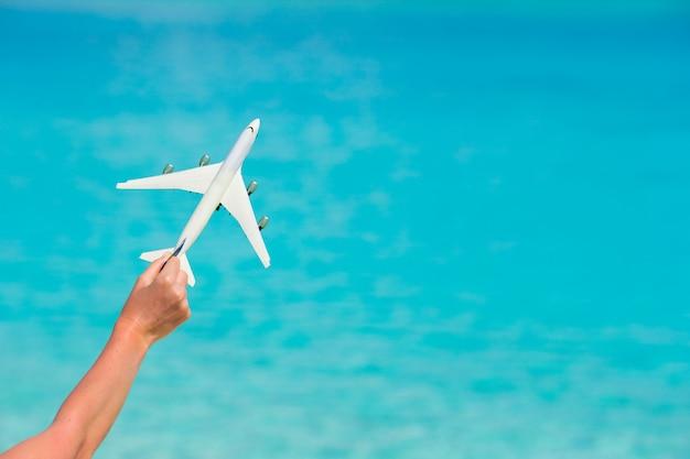 Piccolo aeroplano giocattolo bianco sul mare turchese Foto Premium