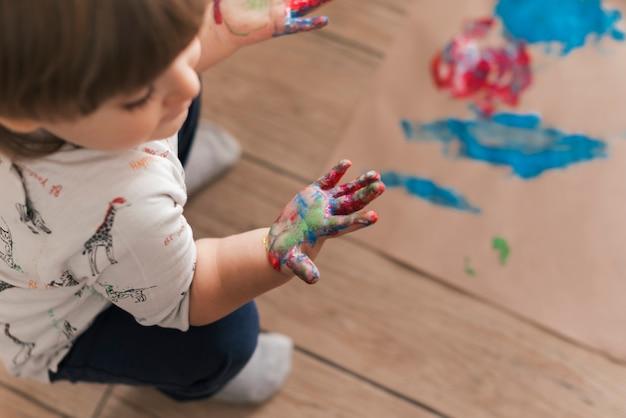 Piccolo bambino che dipinge come un artista Foto Gratuite