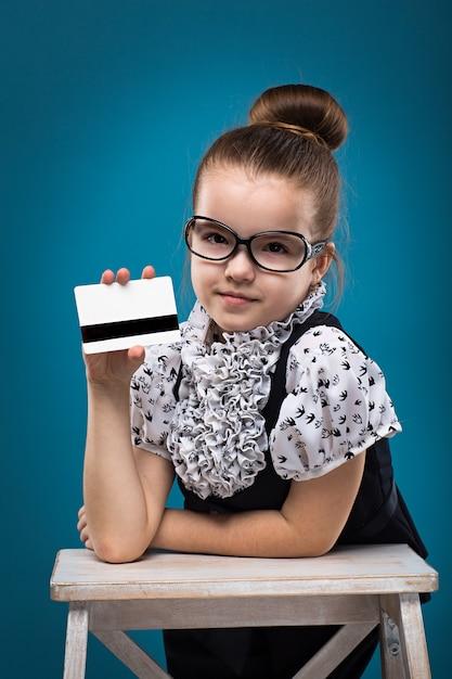 Piccolo bambino con carta di credito vestito come un insegnante Foto Premium