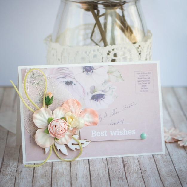Piccolo biglietto di auguri fatti a mano con fiori di carta Foto Premium