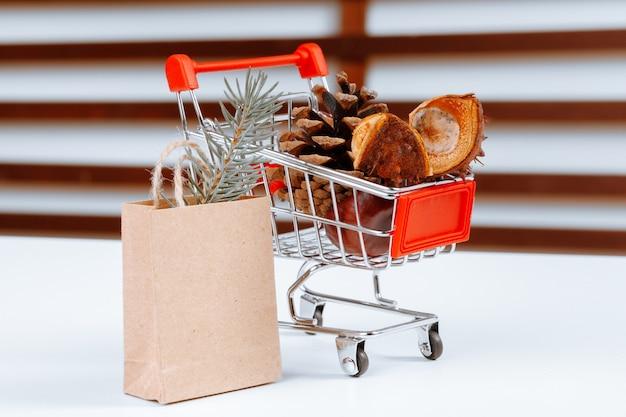 Piccolo carrello con sacchetti di carta Foto Premium