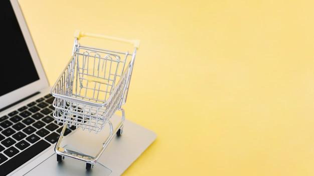 Piccolo carrello sul computer portatile Foto Gratuite