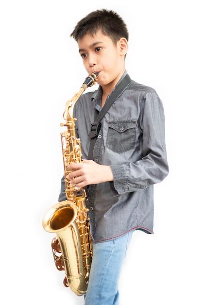 Piccolo ragazzo asiatico del musicista che gioca alla palestra Foto Premium