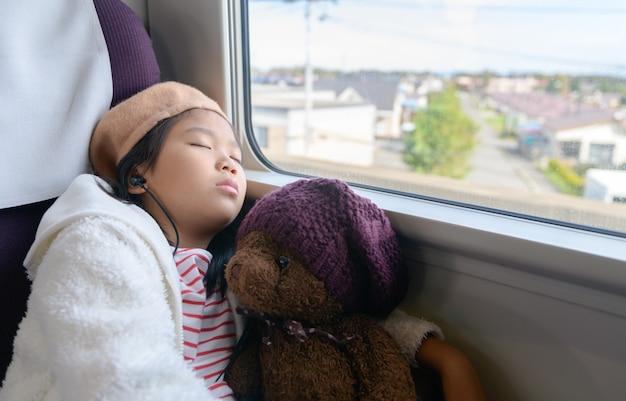 Piccolo viaggiatore che ascolta musica e dorme. Foto Premium