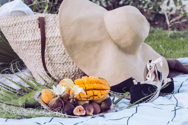 Picnic estivo con un piatto di frutti tropicali. Foto Gratuite