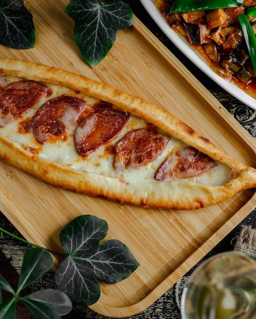 Pide con salsiccia e formaggio fuso Foto Gratuite