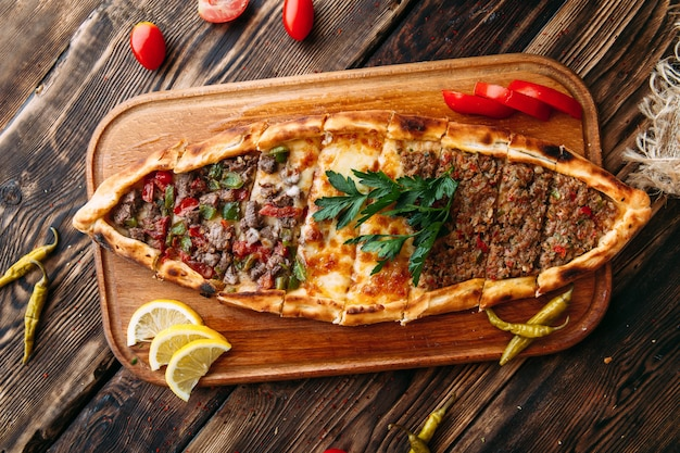 Pide pane turco con carne macinata Foto Premium