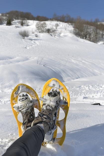 Piede della donna con le racchette da neve Foto Premium