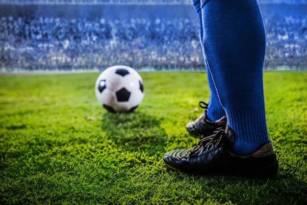 Piedi della squadra blu di calcio nello stadio Foto Premium