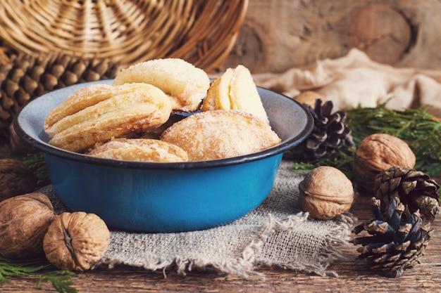 Piedi di corvi di ricotta e biscotti di zucchero Foto Premium