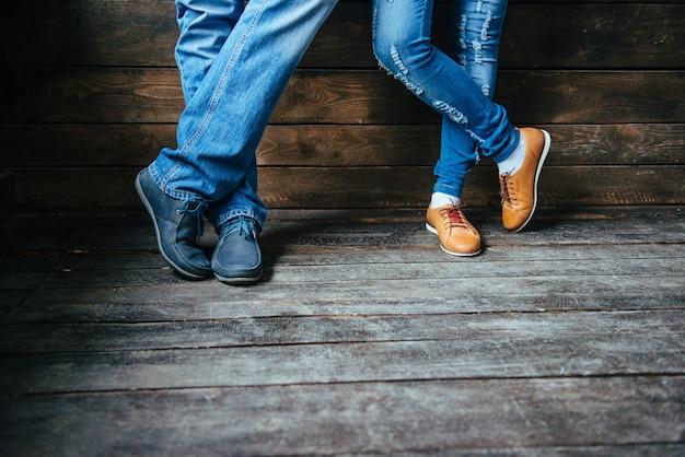Piedi di ragazzo e ragazza in scarpe Foto Premium