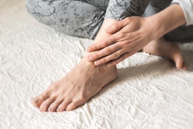 Piedi stanchi dolore alla caviglia. lesioni. Foto Premium
