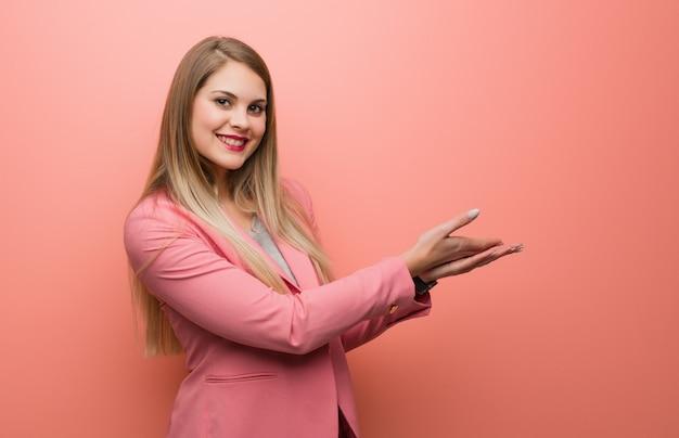 Pigiama d'uso della giovane donna russa che tiene qualcosa con le mani Foto Premium